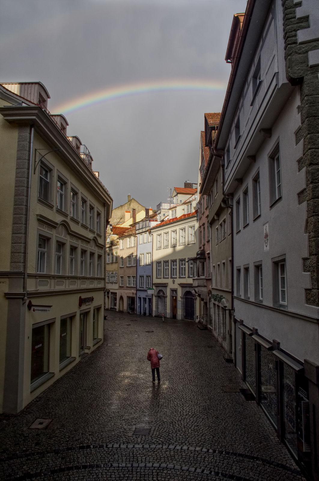 Regenbogen über der dunklen Straße