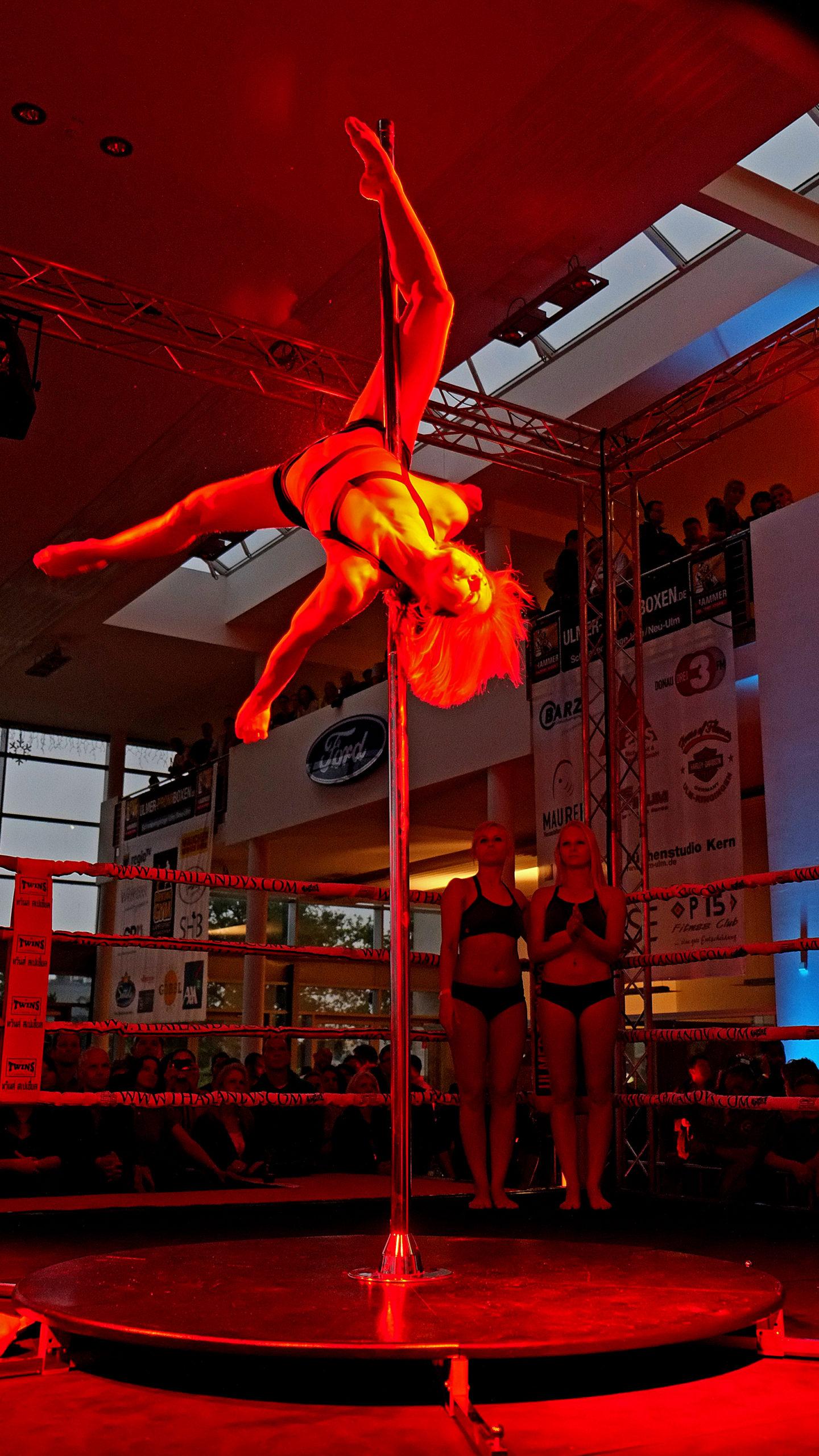 Poledance beim Boxkampf
