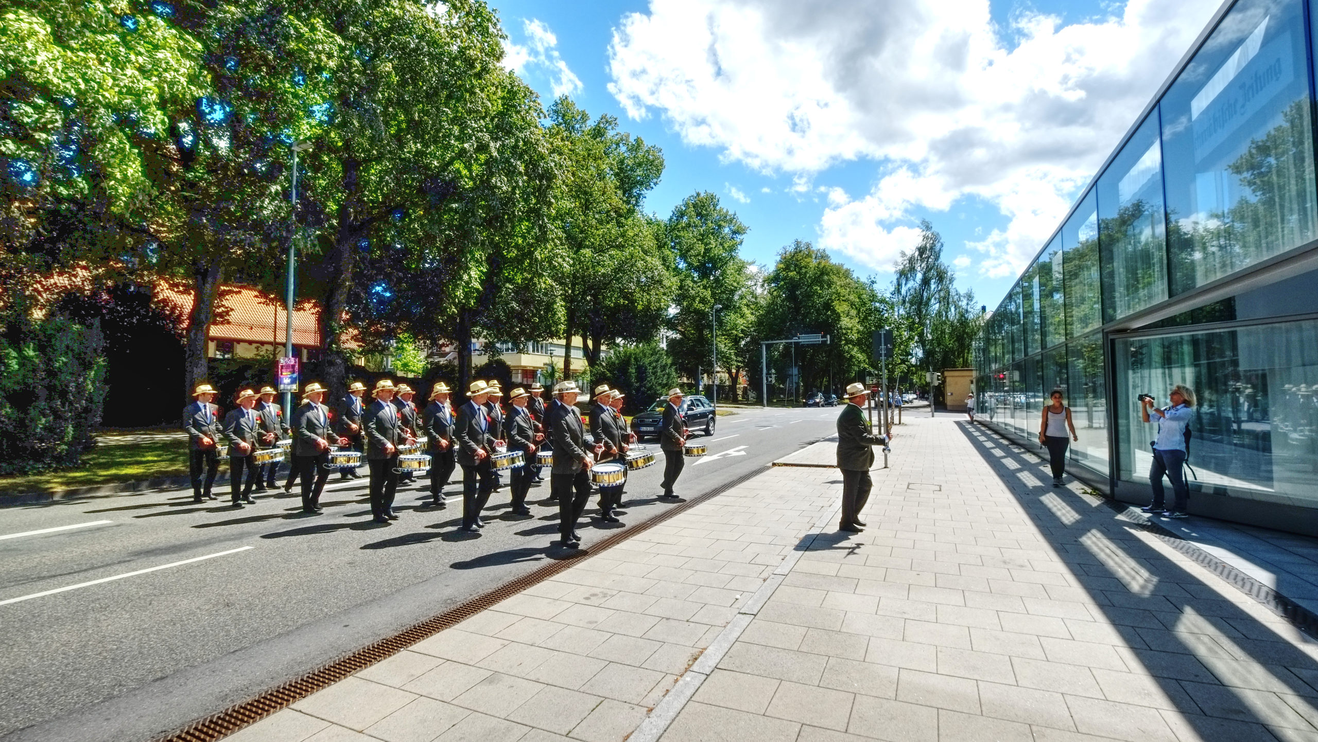Trommlergruppe geht über die Straße
